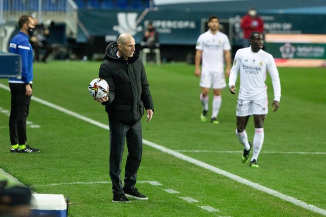 Archivo - Zinedine Zidane, head coach of Real Madrid, during the Spanish SuperCup Second Semifinal between Athletic Club Bilbao and Real Madrid Club de Futbol at La Rosaleda Stadium on January 14, 2021 in Malaga, Spain.