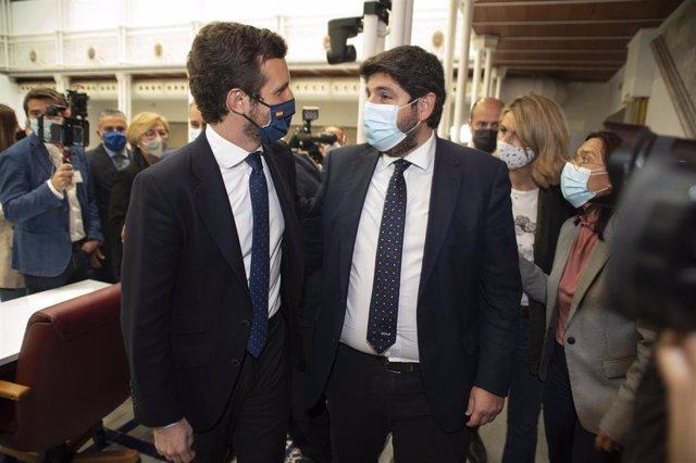 El líder del PP, Pablo Casado (i), acude a una sesión plenaria en la Asamblea regional de Murcia como muestra de apoyo al presidente de Murcia, Fernando López Miras (d), en Cartagena, Murcia (España), a 18 de marzo de 2021.