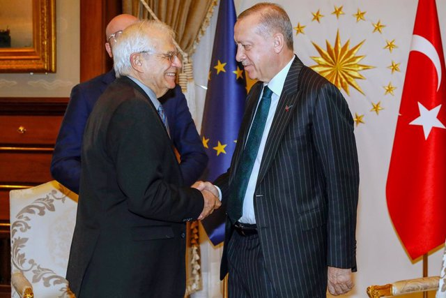 Archivo - HANDOUT - 04 March 2020, Turkey, Ankara: Turkish President Recep Tayyip Erdogan (R) shakes hands with European Union High Representative for Foreign Affairs and Security Policy Josep Borrell ahead of their meeting in the Presidential Complex. Ph
