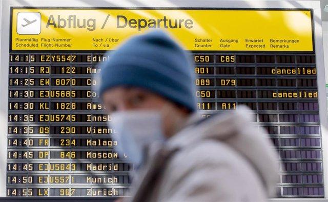 Archivo - Un hombre con mascarilla en el aeropuerto de Berlín
