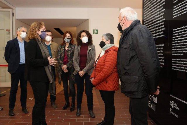 La consellera Ester Capella entrega un rellotge confiscat pel nazisme a la família del deportat Joan Lladó, el 19 de març del 2021.