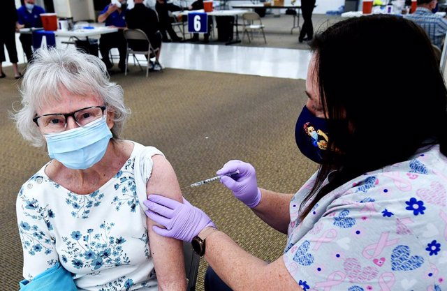 Archivo - 29 January 2021, US, Leesburg: A woman receives a dose of the Pfizer/BioNtech coronavirus vaccine at a walk-in COVID-19 vaccination POD inside a vacant Sears store at the Lake Square Mall. Photo: Paul Hennessy/SOPA Images via ZUMA Wire/dpa