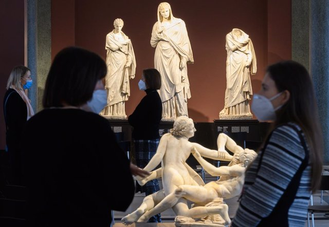 15 March 2021, Saxony, Dresden: Visitors observe the sculptures at the Zwinger museum of the Dresden State Art Collections (SKD) which has been reopened their museums on Monday after weeks of closure due to restrictions impose to curb the spreading of cor