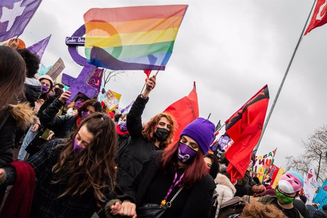 06 March 2021, Turkey, Istanbul: Protesters take part in a demonstration ahead of International Women's Day and to condemn violence against women. Photo: Tunahan Turhan/SOPA Images via ZUMA Wire/dpa