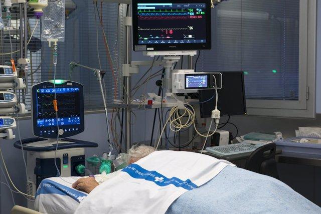 Archivo - Arxiu - Un pacient ingressat en la Unitat de Vigilància intensiva (UCI) per a malalts de coronavirus de l'Hospital Universitari Dr. Josep Trueta de Girona.