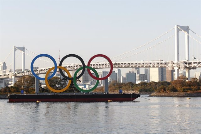 Archivo - 01 December 2020, Japan, Tokyo: Giant Olympic rings can be seen after being reinstalled at the waterfront area in Odaiba Marine Park. Photo: Rodrigo Reyes Marin/ZUMA Wire/dpa