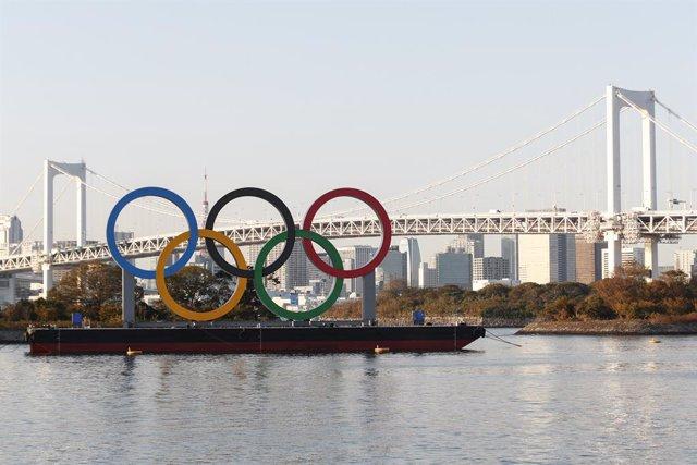 Archivo - Anillos olímpicos en Odaiba Marine Park