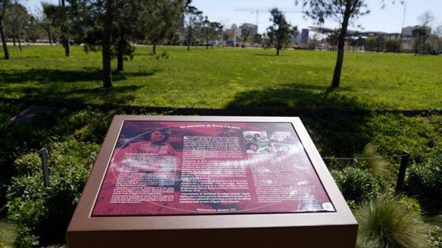 Faristol en memòria de Berta Càceres al parc dels Glòries de Barcelona
