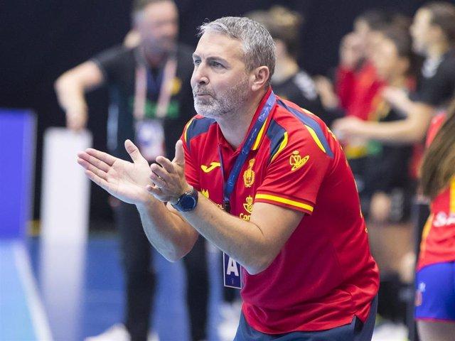 Archivo - El seleccionador español de balonmano femenino, Carlos Viver
