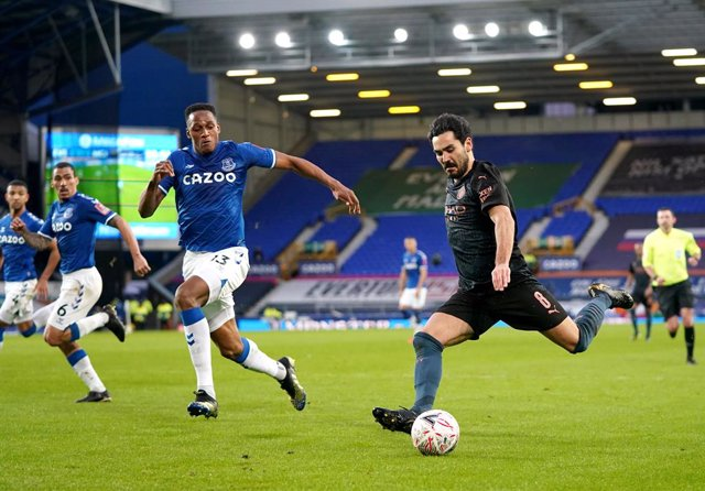 20 March 2021, United Kingdom, Liverpool: Manchester City's Ilkay Gundogan (R) and Everton's Yerry Mina battle for the ball during the English FA Cup quarter final soccer match between Everton and Manchester City at Goodison Park. Photo: Jon Super/PA Wire