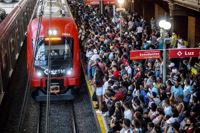 Gente con mascarilla esperando a un tren en la estación de Luz de Sao Paulo durante la pandemia de coronavirus