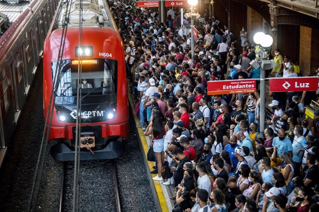 05 March 2021, Brazil, Sao Paulo: People crowd on a platform to board a train at Luz station, amid the coronavirus (COVID-19) pandemic. Photo: Cris Faga/ZUMA Wire/dpa