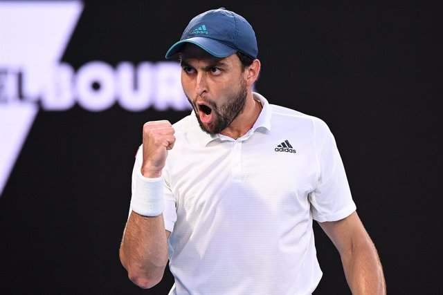 Archivo - Aslan Karatsev of Russia reacts during his Men's singles semifinals match against Novak Djokovic of Serbia on Day 11 of the Australian Open at Melbourne Park in Melbourne, Thursday, February 18, 2021. (AAP Image/Dean Lewins) NO ARCHIVING, EDITOR