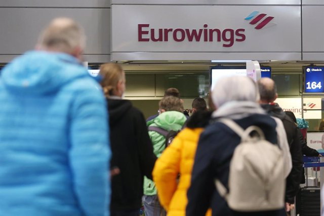 14 March 2021, North Rhine-Westphalia, Duesseldorf: Passengers stand in line at Duesseldorf Airport to check in for a Eurowings flight to Palma de Mallorca. Due to sharply falling Corona infection figures, Mallorca, the other Balearic Islands and parts of