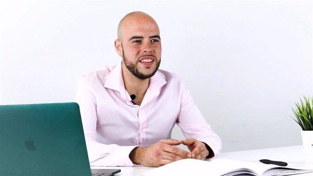 Darío Navarro, emprendedor que ofrece clases online a extranjeros desde Ariño.