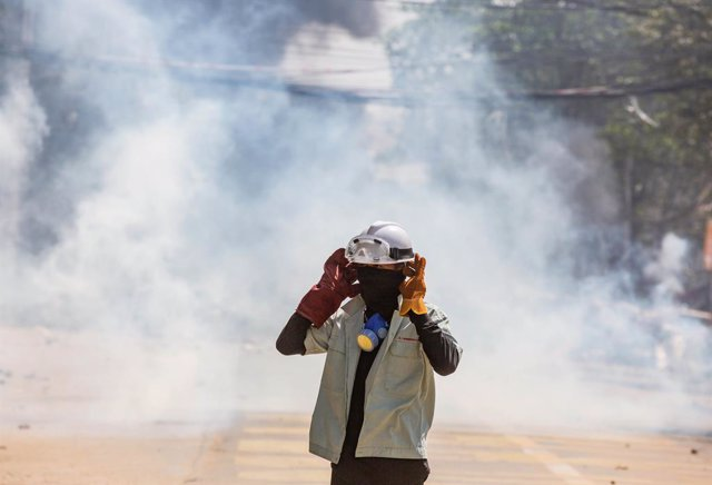 19 March 2021, Myanmar, Yangon: A protester stands in the middle of teargas smoke during a protest against the military coup and the detention of civilian leaders. Photo: Aung Kyaw Htet/SOPA Images via ZUMA Wire/dpa