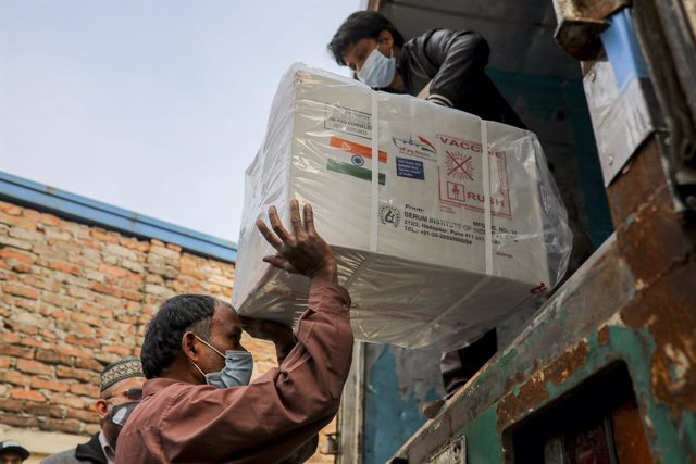 Archivo - 21 January 2021, Bangladesh, Dhaka: Workers unload a pickup van that carries Oxford-Astrazeneca coronavirus (COVID-19) vaccines which arrived from India as a gift to Bangladesh. Photo: Kazi Salahuddin/ZUMA Wire/dpa