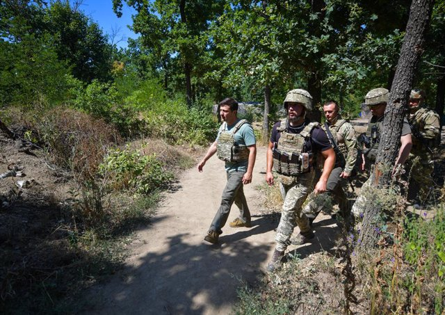 Archivo - HANDOUT - 06 August 2020, Ukraine, Donetsk: Ukrainian President Volodymyr Zelenskiy is seen wearing a bullet-proof vest as he tours a Ukrainian army shelter during a visit to the eastern front in Donetsk region. During the visit, Zelenskiy reite