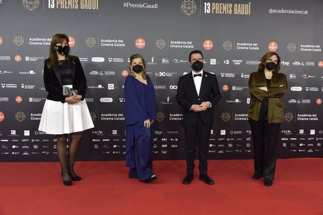 La presidenta del Parlament, Laura Borràs; la presidenta de l'Acadèmia del Cinema Català, Isona Passola; el vicepresident del Govern, Pere Aragonès, i l'alcaldessa de Barcelona, Ada Colau, en la catifa vermella dels XIII Premis Gaudí