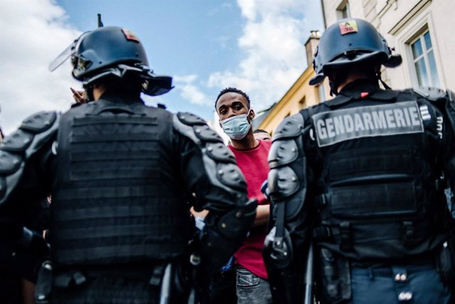 Policías antidisturbios en Marsella, Francia