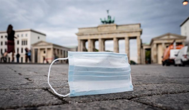 Archivo - 24 September 2020, Berlin: A face mask lies on the ground in front of Brandenburg Gate. German authorities are facing pressure to bring back tougher restrictions to stem the pandemic as the number of new coronavirus cases in the nation jumped ag