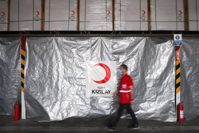 Archivo - 22 May 2020, Turkey, Ankara: A man walks in front of the medical equipment, which Turkey prepared to be sent to the Republic of Dagestan to support the country in the fight against coronavirus (COVID-19) pandemic. Photo: -/PPI via ZUMA Wire/dpa