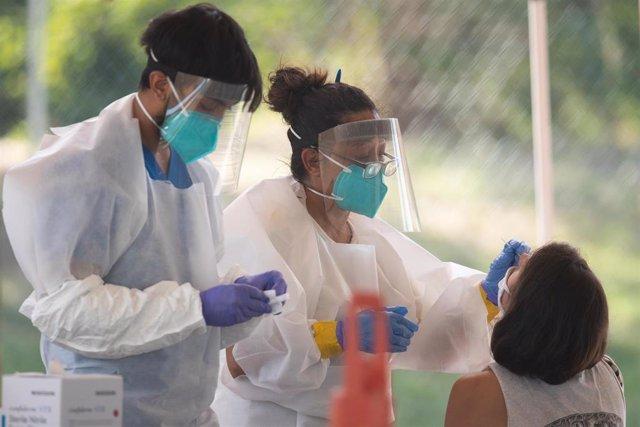 Archivo - Trabajadores sanitarios durante la pandemia de coronavirus en EEUU