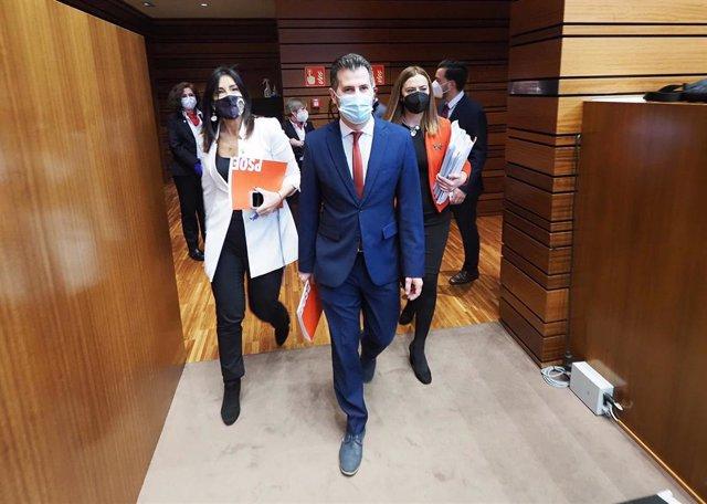 El portavoz del PSOE, Luis Tudanca, accede al hemiciclo para defender la moción de censura