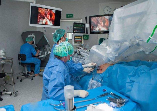 El Hospital de Bellvitge realiza la primera extirpación total de próstata por cáncer en régimen ambulatorio de España, lo que supone que el paciente pueda volver a su casa el mismo día de la cirugía.