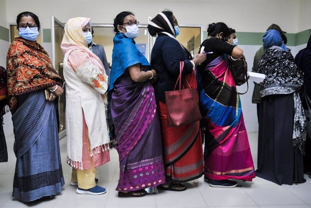Archivo - Mujeres haciendo cola para vacunarse en Bangladesh