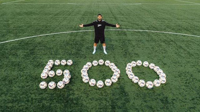 Luis Suárez dona 500 balones tras marcar su gol 500 en la Liga española.