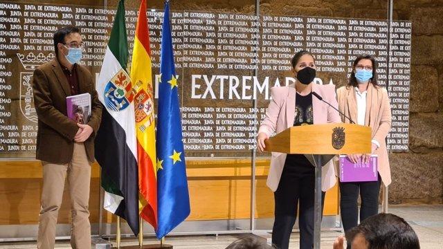 La consejera de Igualdad, Isabel Gil Rosiña, junto al presidente de Cermi Extremadura, Jesús Gumiel, y una responsable también de Cermi en la región, Belén Trianes, en la presentación de un estudio sobre mujer con discapacidad y violencia de género