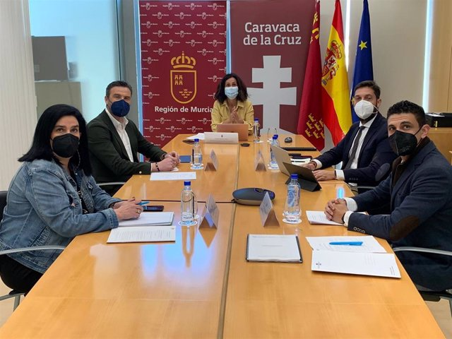Imagen de la reunión de la Fundación Camino de la Cruz presidida por la consejera de Turismo, Juventud y Deportes, Cristina Sánchez.