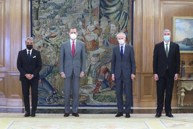 El Rey Felipe VI junto con Luca de Meo, Jean Dominique Senard y José Vicente de los Mozos.