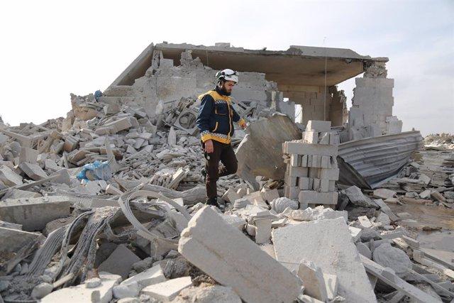 Archivo - Bombardeo contra una localidad controlada por los rebeldes en la provincia de Idlib (Siria)