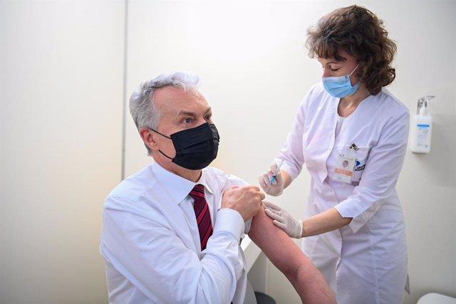 Gitanas Nauseda, presidente de Lituania, se vacuna contra el coronavirus