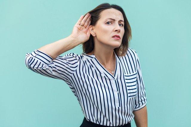 Archivo - Escuchar, sorda, sordera, oído, mujer
