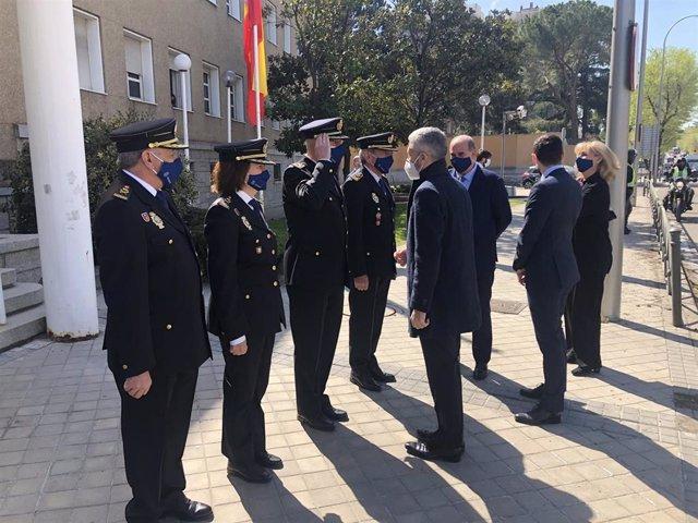 El ministro del Interior, Fernando Grande-Marlaska, durante su visita a la División de Cooperación Internacional de la Policía Nacional