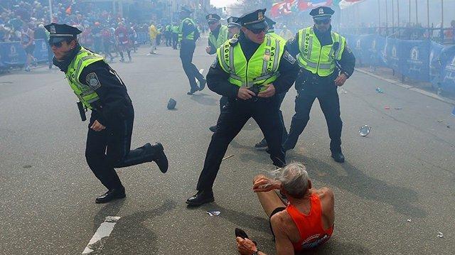 Archivo - Policías durante los atentados de la Maratón de Bostón en 2013