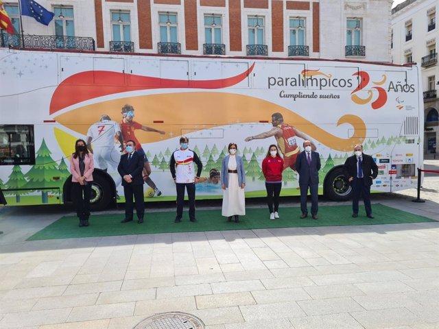 Isabel Díaz Ayuso y representantes del Comité Paralímpico Español (CPE) ante el Bus Paralímpicos 25 Años