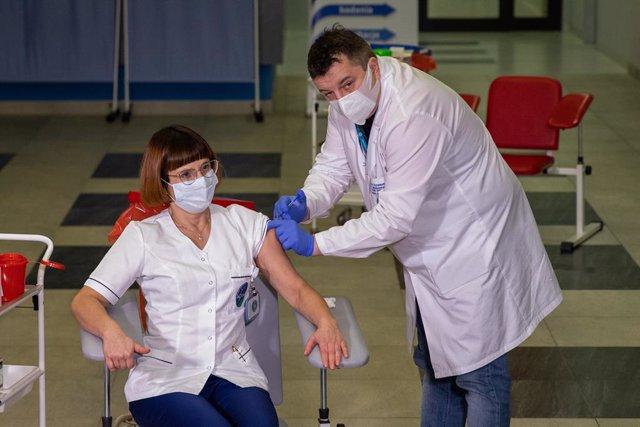 Archivo - 27 December 2020, Poland, Warsaw: Alicja Jakubowska receives the coronavirus vaccine in the central hospital of the Ministry of Interior and Administration. Photo: Grzegorz Banaszak/ZUMA Wire/dpa