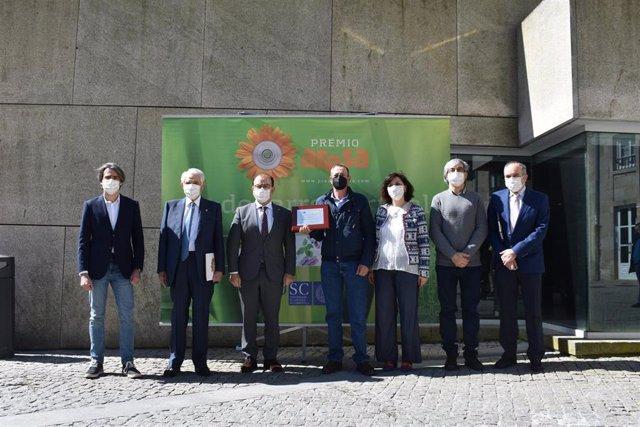 El rector de la Universidade de Santiago de Compostela (USC), Antonio López, junto a los finalistas del XXI Premio de Desenvolvemento Rural convocado junto al Grupo Aresa.