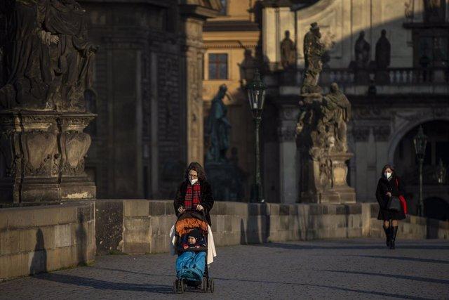 Personas con mascarilla en Praga, República Checa
