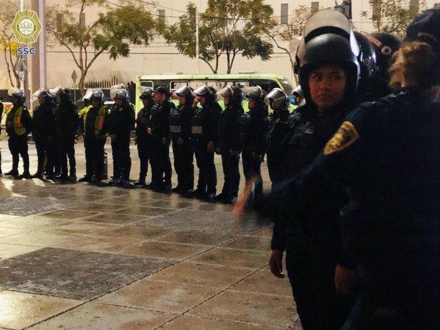 Archivo - Policías antidisturbios en Ciudad de México