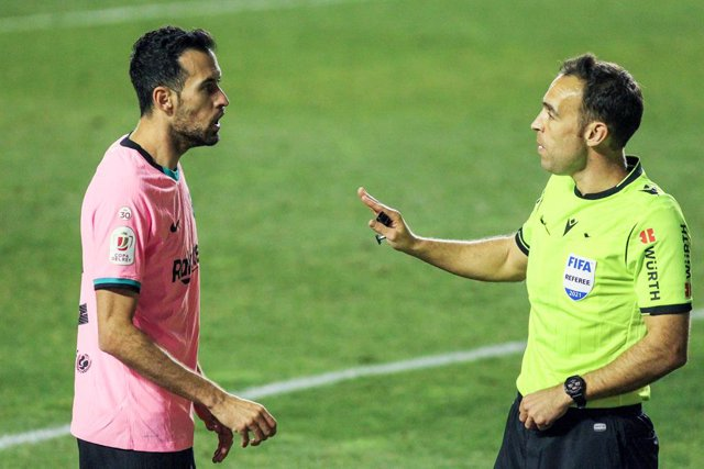 Archivo - Sergio Busquets of FC Barcelona protest Cuadra Fernandez, referee of the match during the spanish cup, Copa del Rey football match played between Rayo Vallecano and FC Barcelona at Vallecas stadium on January 28, 2021 in Madrid, Spain.