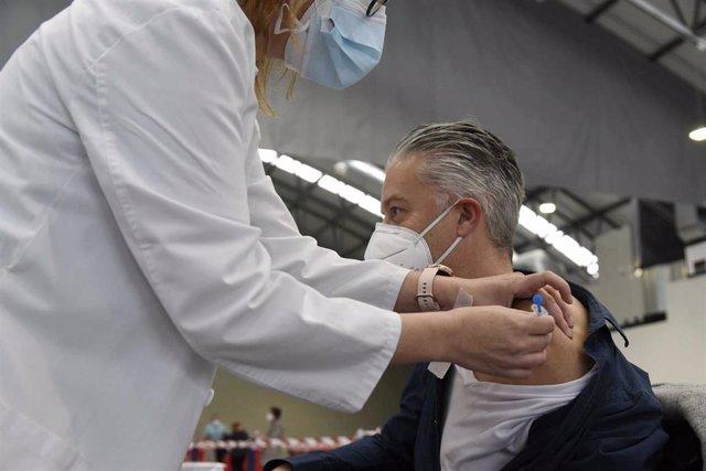 Una sanitaria vacuna a una hombre en el Instituto Ferial de Vigo (Ifevi), en Pontevedra, Galicia (España), a 13 de marzo de 2021.