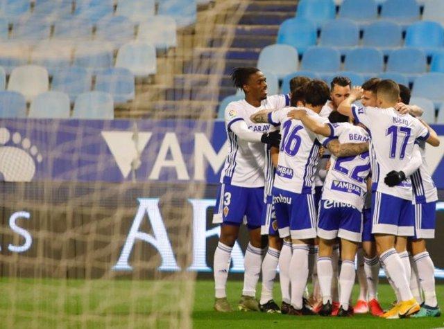 Los jugadores del Zaragoza celebran su gol ante el Mirandés en La Romareda