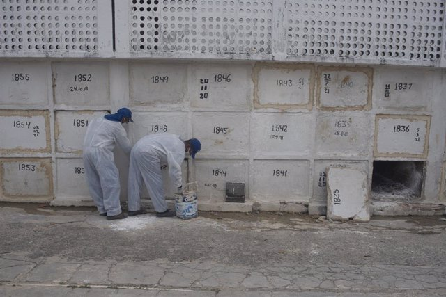 18 March 2021, Brazil, Rio de Janeiro: Grave workers bury a coronavirus (Covid-19) victim at the Iraja cemetery. According to the latest figures, 90,000 new infections were reported within 24 hours, as well as around 3,000 deaths related to the virus. Pho