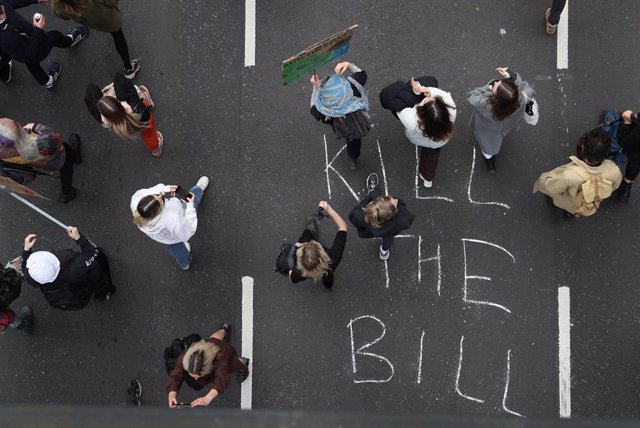 21 March 2021, United Kingdom, Bristol: People take part in the Kill the Bill protests against the Government's controversial Police and Crime Bill. Photo: Andrew Matthews/PA Wire/dpa