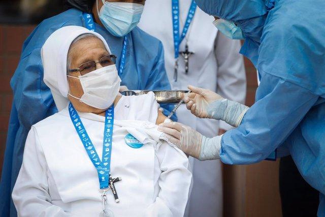 HANDOUT - 08 March 2021, Peru, Lima: A nun receives her dose of the COVID-19 vaccine. Photo: Karel Navarro/Minsa/dpa - ACHTUNG: Nur zur redaktionellen Verwendung und nur mit vollständiger Nennung des vorstehenden Credits
